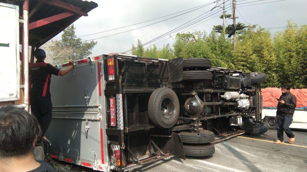 Truk Bermuatan Beras Bansos COVID-19 Terguling di Puncak Cianjur