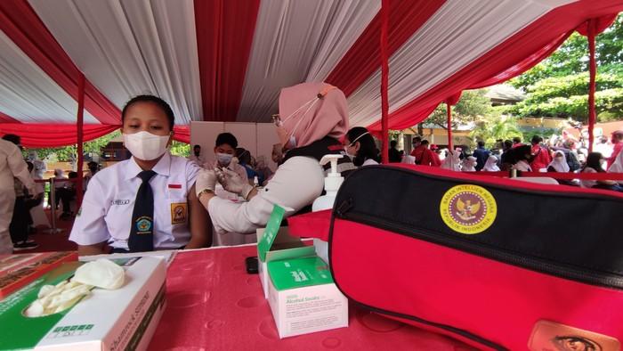 Vaksinasi pelajar di SMPN 1 Semarang