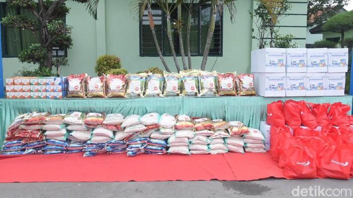 Bantuan terus diberikan kepada warga terdampak pandemi COVID-19. Kali ini, 50 ton beras dibagikan ke warga Lamongan yang terdampak PPKM Level 4.