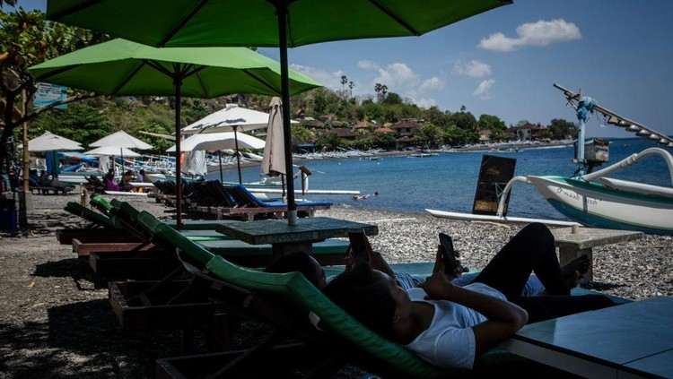 KARANGASEM, BALI, INDONESIA - SEPTEMBER 30: A view of abandoned  hotel as emptied of tourists at Tulamben beach on September 30, 2017 in Karangasem regency, Island of Bali, Indonesia. Indonesian authorities declared a state of emergency as hundreds of tremors are recorded at Balis Mount Agung volcano and around 140,000 villagers evacuated their homes. Authorities issued travel warnings for the popular tourist destination and warned Mount Agung has the potential to erupt imminently although flights to Bali and its main tourist areas remain unaffected for now. (Photo by Ulet Ifansasti/Getty Images)