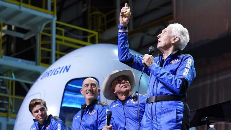 Wally Funk berhasil terbang terbang ke luar angkasa dengan roket buatan Blue Origin. Funk kini tercatat sebagai orang tertua yang pernah terbang ke luar angkasa.