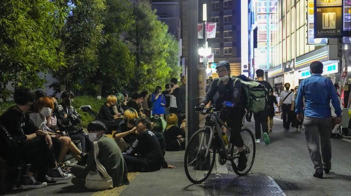 Pandemi COVID-19 membuat Tokyo umumkan keadaan darurat. Restoran dan bar pun diminta tutup lebih awal. Akibatnya, warga pun minum-minum di pinggir jalan.