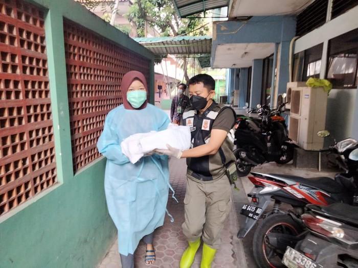 Suasana tegang terjadi di Asrama Haji Sukolilo Surabaya. Seorang Pekerja Migran Indonesia (PMI) yang dikarantina tiba-tiba merasa kontraksi dan hendak melahirkan.