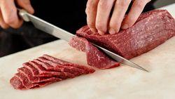 7 Cara Alami Hilangkan Bau Amis Bekas Daging pada Alat Masak