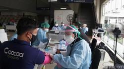 Vaksinasi COVID-19 terus digencarkan meski di tengah pemberlakuan PPKM Darurat. Hingga kini lebih dari 42 juta warga Indonesia divaksin COVID-19 dosis pertama.