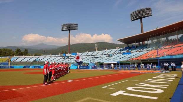 FUKUSHIMA, JAPAN - JULY 21: A general view of Team Australia and Team Japan standing in the infield for pregame ceremonies before to their game during the Tokyo 2020 Olympic Games at Fukushima Azuma Baseball Stadium on July 21, 2021 in Fukushima, Japan. (Photo by Yuichi Masuda/Getty Images)