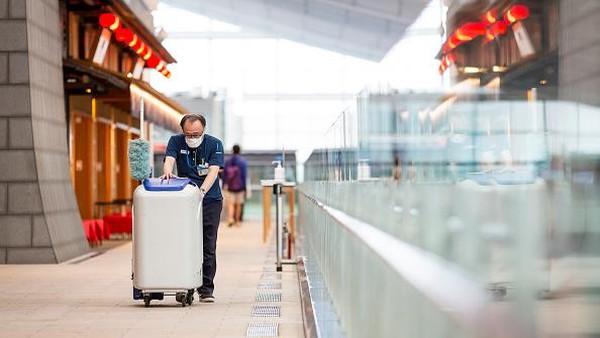 Peringkat Keamanan COVID-19 ini juga menjadi jaminan lingkungan aman untuk staf dan pelanggan yang keluar masuk bandara. Apalagi di tengah kegiatan Olimpiade Tokyo 2020 nanti. Getty Images/Yuichi Yamazaki.