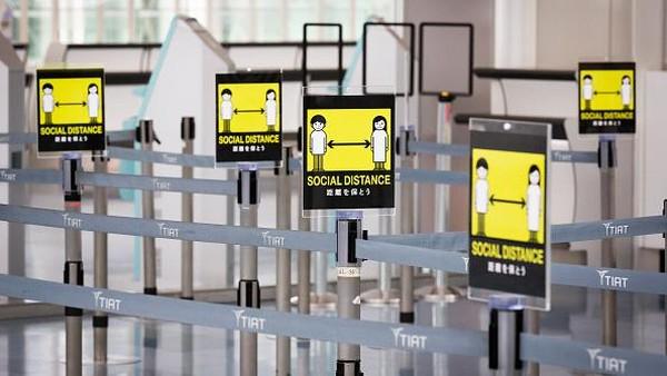 Ketua dan CEO JAT Isao Takashiro percaya bahwa upaya pencegahan infeksi antara penumpang dan karyawan bandara sudah sangat dievaluasi. Pencegahan ini termasuk mendisinfektan area kontak tinggi di terminal, memastikan jarak sosial di setiap area dan memperkenalkan perangkat nirsentuh. Getty Images/Yuichi Yamazaki.