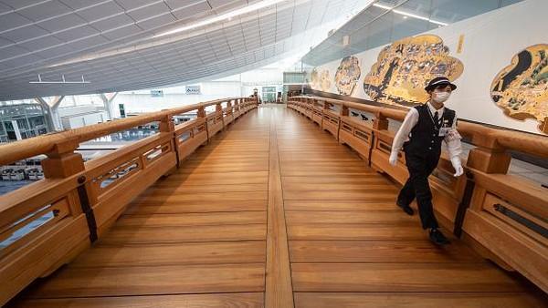 Sementara itu, Bandara Internasional Haneda memperkenalkan program langkah-langkah keamanan paling luas untuk mencegah penyebaran penyakit virus Corona. Getty Images/Yuichi Yamazaki.