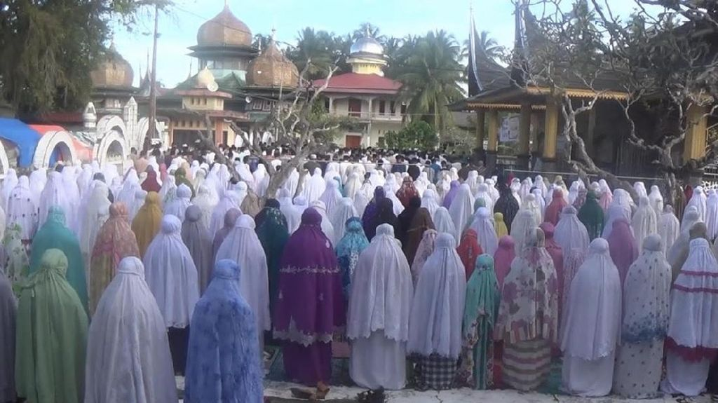 Suasana Salat Ied Jamaah Satariyyah yang Rayakan Idul Adha Hari Ini