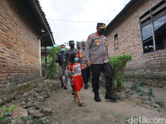 Kapolres Mojokerto AKBP Dony Alexander blusukan di Desa Mojokembang, Kecamatan Pacet, Mojokerto. Didampingi anggota Kodim 0815 dan kepala desa setempat, ia mendatangi rumah-rumah warga yang tergolong tidak mampu dengan berjalan kaki.