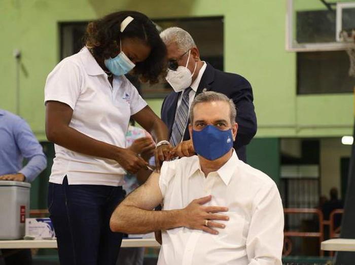 Presiden Republik Dominika, Luis Abinader, saat disuntik dosis ketiga vaksin Corona (Twitter/@luisabinader)
