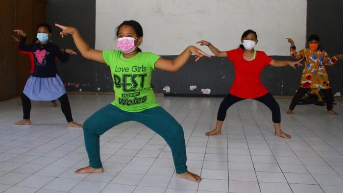 Hari Anak Nasional tahun ini dirayakan di tengah PPKM Darurat. Masih dibayangi Corona, tema Hari Anak Nasional tahun ini Anak Terlindungi, Indonesia Maju.