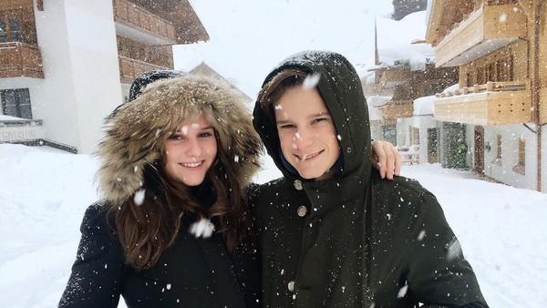 Oliver memang cukup dekat dengan sang kakak. Ini saat mereka liburan ke Zurs, sebuah resort ski mewah di Austria. Saat ini, Oliver baru akan mulai berkuliah di University of Utrecht, Belanda. Dia mengambil jurusan Fisika di universitas tersebut. (Instagram/Oliver Daemen)