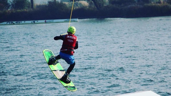 Oliver juga suka olahraga wakeboard surf, selancar air yang ditarik dengan kapal. Oliver menjajal olahraga ini saat liburan ke Amerika Serikat. (Instagram/Oliver Daemen)