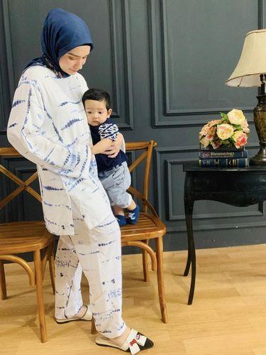 Padu padan hijab dan lounge wear ala Putri Anne Saloka.