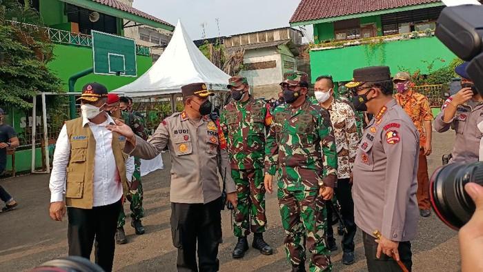 Panglima TNI, Kapolri dan Kepala BNPB meninjau vaksinasi di Duri Pulo Jakpus (Foto: Karin/detikcom)
