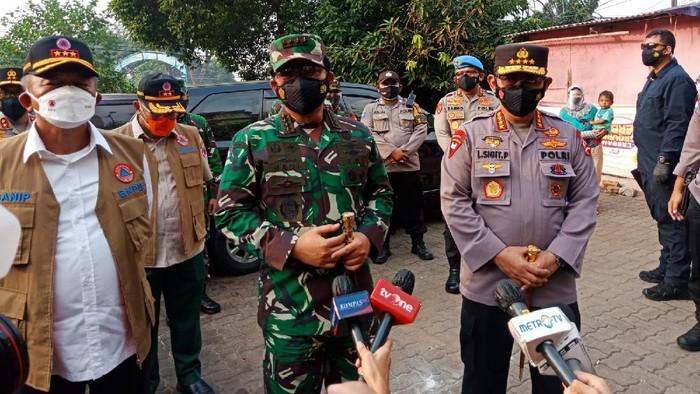 Panglima TNI Marsekal Hadi Tjahjanto meninjau kegiatan vaksinasi di Rusun Petamburan