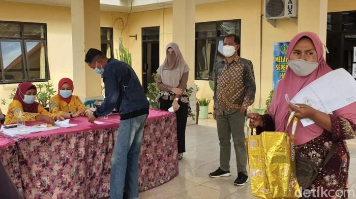 Pelaku usaha di Kota Pasuruan bisa bernapas lega. Pemerintah kota menyalurkan bantuan berupa uang tunai.