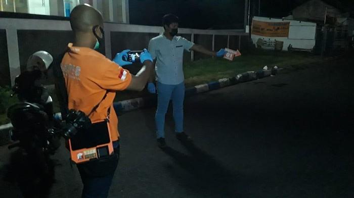 Pria di Kota Probolinggo tewas ditusuk preman. Peristiwa itu terjadi saat korban pulang usai acara bakar sate bersama teman klub motor.