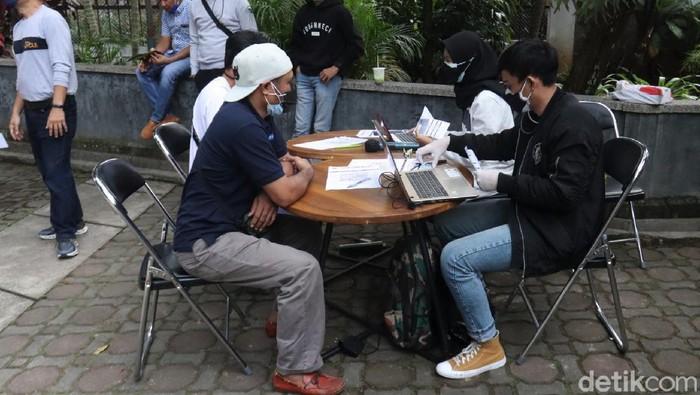 Vaksinasi COVID-19 terus digenjot untuk capai herd immunity atau kekebalan komunal. Di Bandung, warga berdatangan ke Kantor Nasdem untuk disuntik vaksin Corona.