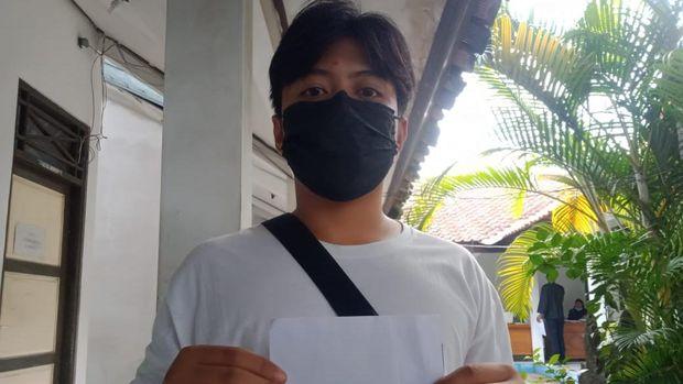 Salah seorang PKL menunjukkan amplop polos bansos tunai di kantor Disdagnakerkop UKM Karanganyar, Kamis (22/7/2021).