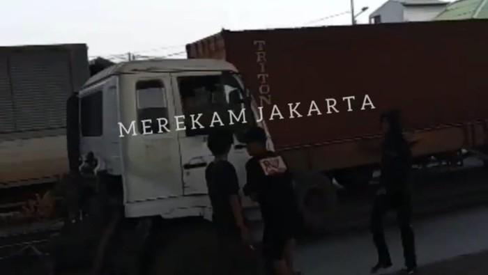 Tangkapan layar aksi pemalakan terhadap sopir truk di Cilincing, Jakut (Instagram @merekamjakarta)