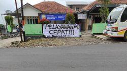 Heboh Warga Demo-Pasang Spanduk Protes Pelayanan Puskesmas di Karanganyar