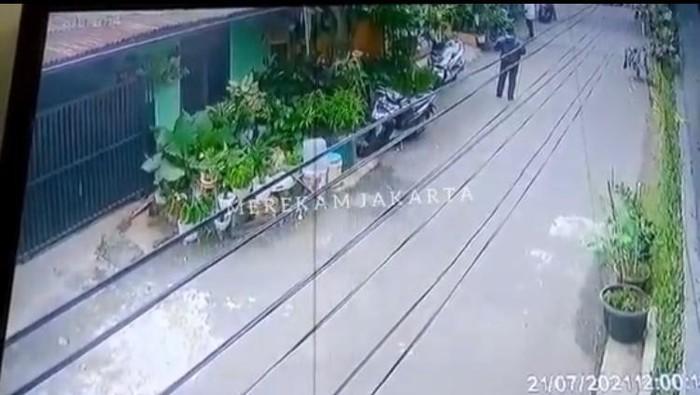 Tangkapan layar video viral pencurian motor di Pesanggrahan, Jaksel