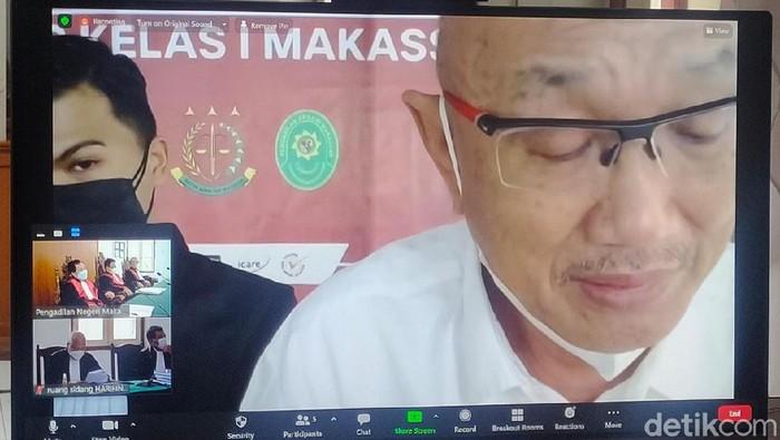Terdakwa Agung Sucipto alias Anggu saat membacakan nota pembelaan atau pledoi di Pengadilan Tipikor Makassar. (Hermawan/detikkcom)