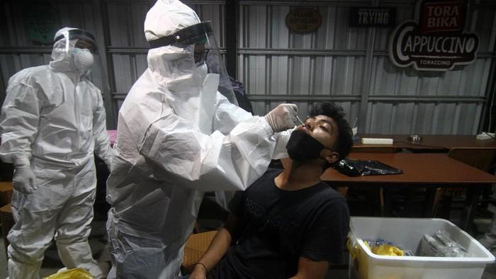 Lonjakan kasus COVID-19 di RI membuat Indonesia dijuluki sebagai episentrum COVID-19 dunia yang baru. Ragam upaya pun dilakukan untuk atasi pandemi di Tanah Air