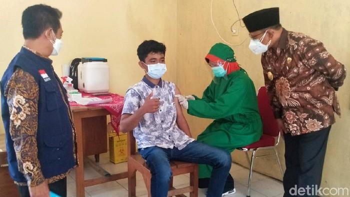 Banyuwangi sudah melakukan vaksinasi COVID-19 kepada kelompok remaja. Wakil Bupati Banyuwangi Sugirah meninjau pelaksanaannya di SMPN 1 Genteng.