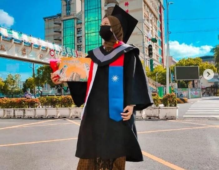 Viral di TikTok, Anak Supir Angkot Lulus S1 di Taiwan Awalnya Diremehkan