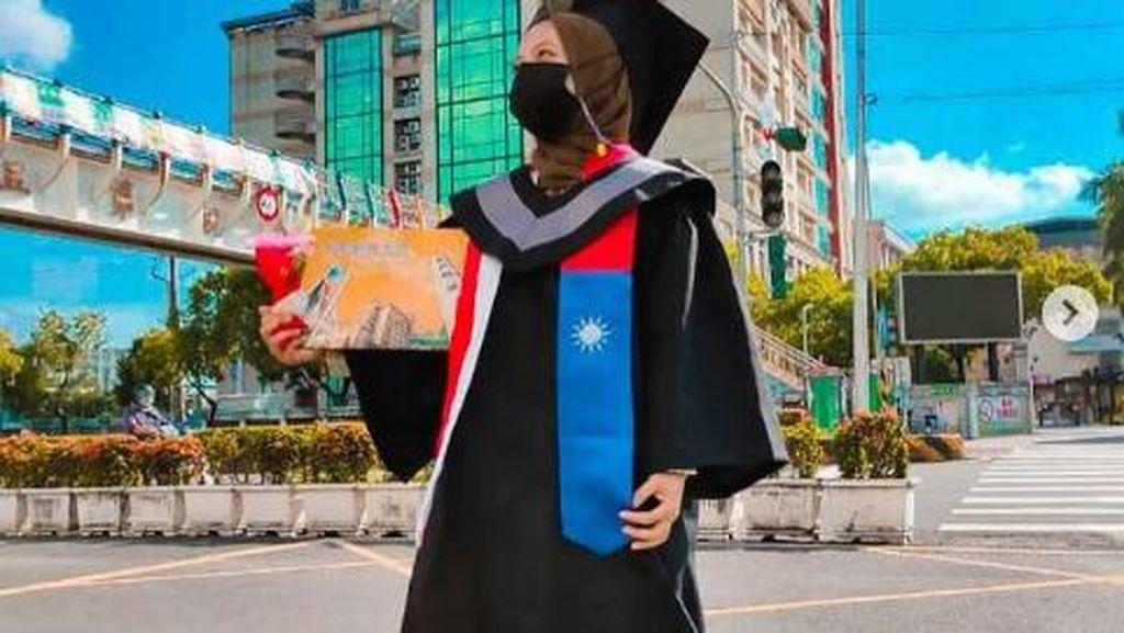 Kisah Anak Sopir Angkot Balas Cibiran dengan Lulus Kuliah di Taiwan