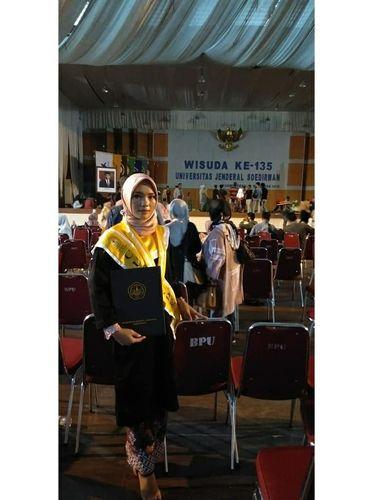 Foto Indri Suwarti yang sukses lulus kuliah dengan nilai cumlaude.
