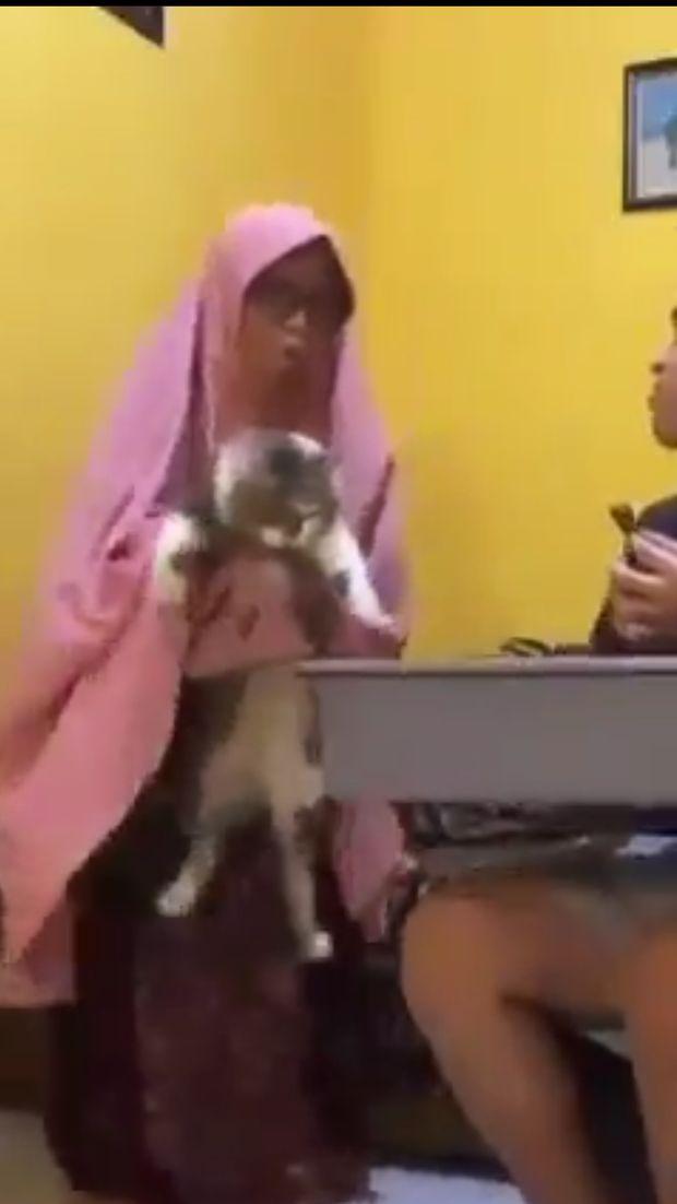 Bikin Panik Sang Ibu, Pria Ini Prank Makan 'Tai Kucing'