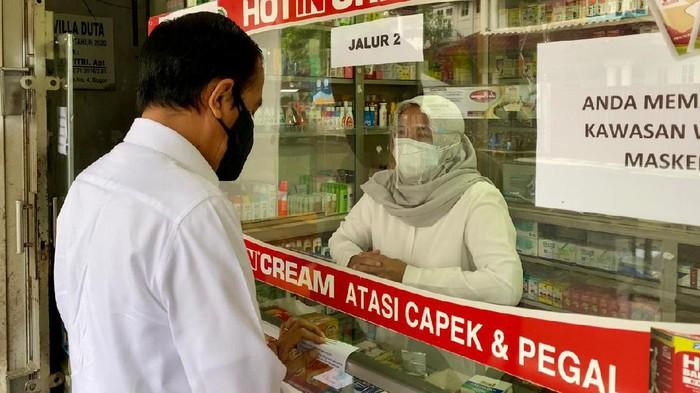Presiden Jokowi mendadak mengunjungi sebuah apotek di Bogor Jokowi mengecek langsung ketersediaan obat antivirus hingga vitamin.