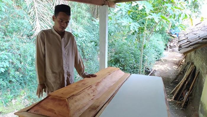 Budiyanto perajin peti mati di Kabupaten Magelang