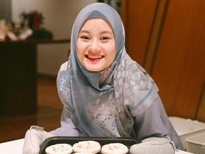 Cantiknya Dinda Hauw Saat Belajar Masak dan Pose OOTD di Kafe