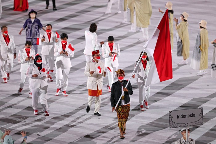 TOKYO, JAPAN - JULY 23: Flag bearers Nurul Akmal and Rio Waida of Team Indonesia lead their team out during the Opening Ceremony of the Tokyo 2020 Olympic Games at Olympic Stadium on July 23, 2021 in Tokyo, Japan. (Photo by Patrick Smith/Getty Images)