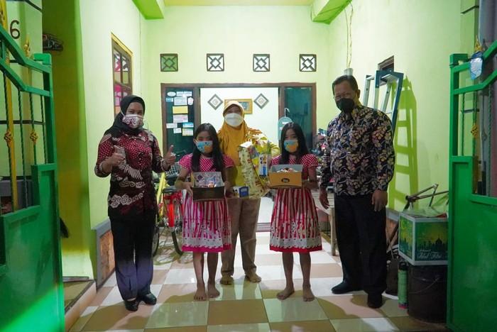 Hari Anak Nasional, Walkot Mojokerto Bagi Hadiah Kue hingga Masker