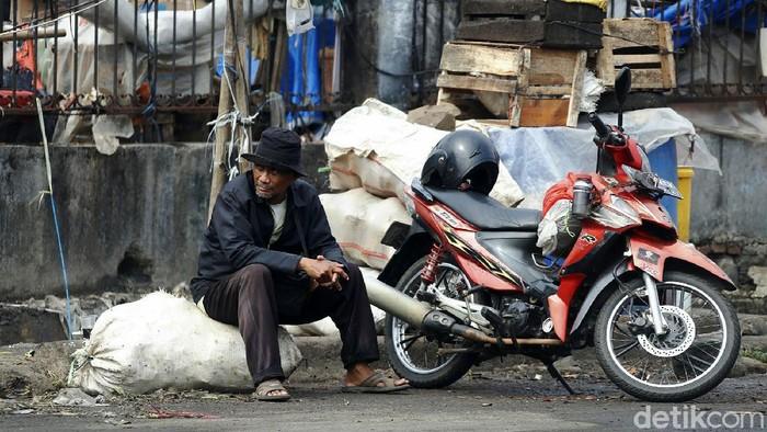 Banyak warga di Bekasi yang tak menerapkan protokol kesehatan di masa PPKM Darurat. Mereka beraktivitas di luar rumah dengan tidak memakai masker.