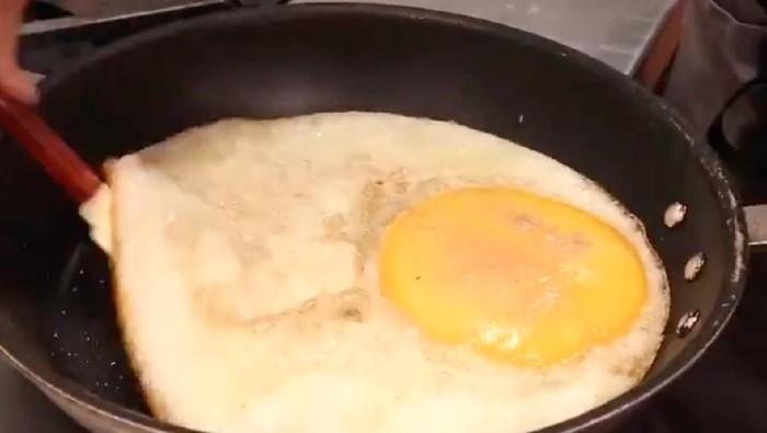 Jumbo! Telur Goreng dari Burung Unta Ini Besarnya 16 Kali Telur Ayam