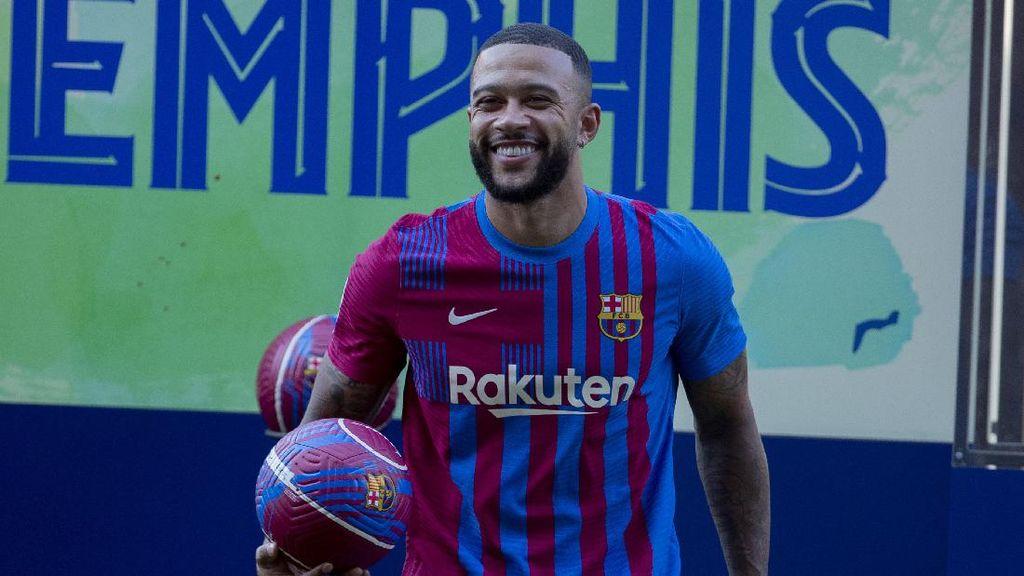 Senyum Manis Memphis Depay dengan Kostum Barcelona