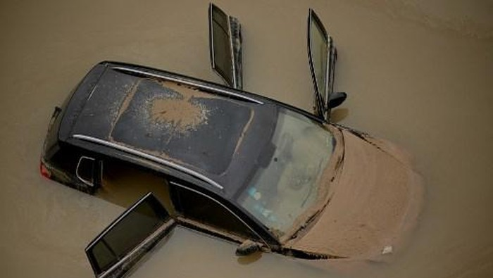 An aerial view shows cars sitting in floodwaters at the entrance of a tunnel after heavy rains hit the city of Zhengzhou in China's central Henan province on July 22, 2021. (Photo by Noel Celis / AFP)