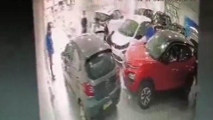 Mobil Tata Motors terbalik di depan showroom