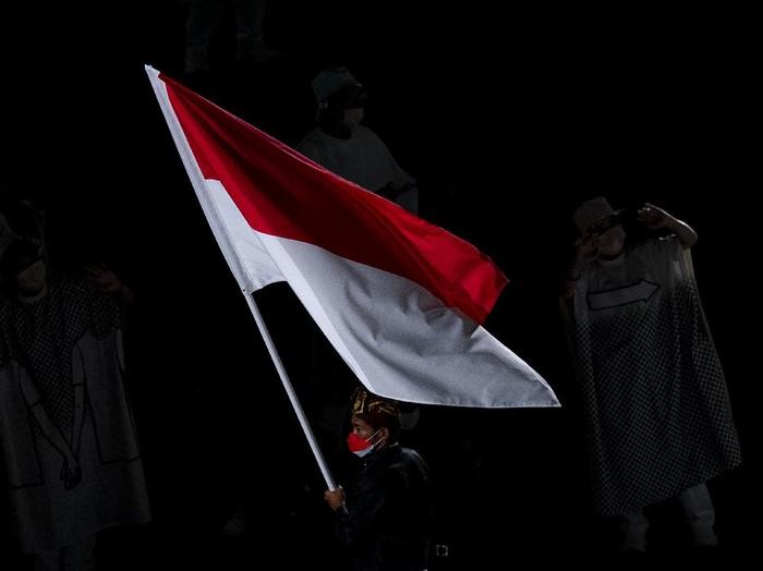 Kontingen Indonesia mengikuti defile dalam pembukaan Olimpiade Tokyo 2020 di Stadion Nasional, Tokyo, Jepang, Jumat (23/7/2021). ANTARA FOTO/Sigid Kurniawan/rwa.