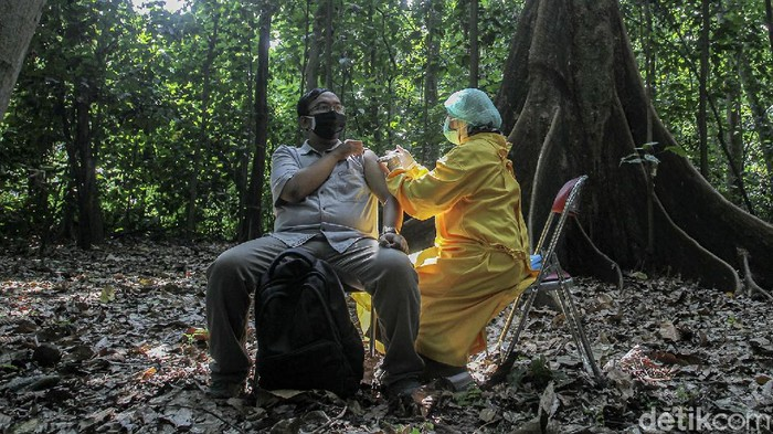 Fakultas Kehutanan Universitas Gajah Mada menggelar vaksinasi COVID-19 di dalam hutan mini pardiyan atau Arboretum milik Fakultas Kehutanan UGM.