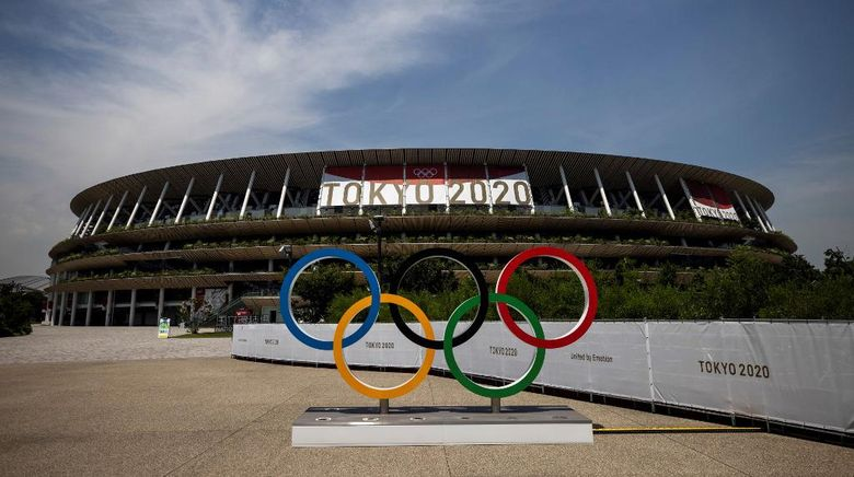 This picture shows the Olympic rings and Olympic Stadium in Tokyo on July 20, 2021, ahead of the Tokyo 2020 Olympic Games. (Photo by Behrouz MEHRI / AFP)