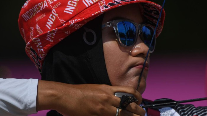Sejumlah atlet panahan mengambil anak panah dalam kualifikasi perorangan putri Olimpiade Tokyo 2020 di Yumenoshima Park Archery Field, Tokyo, Jepang, Jumat (23/7/2021). Diananda menempati posisi ke-40 dengan total poin 631. ANTARA FOTO/Sigid Kurniawan/aww.